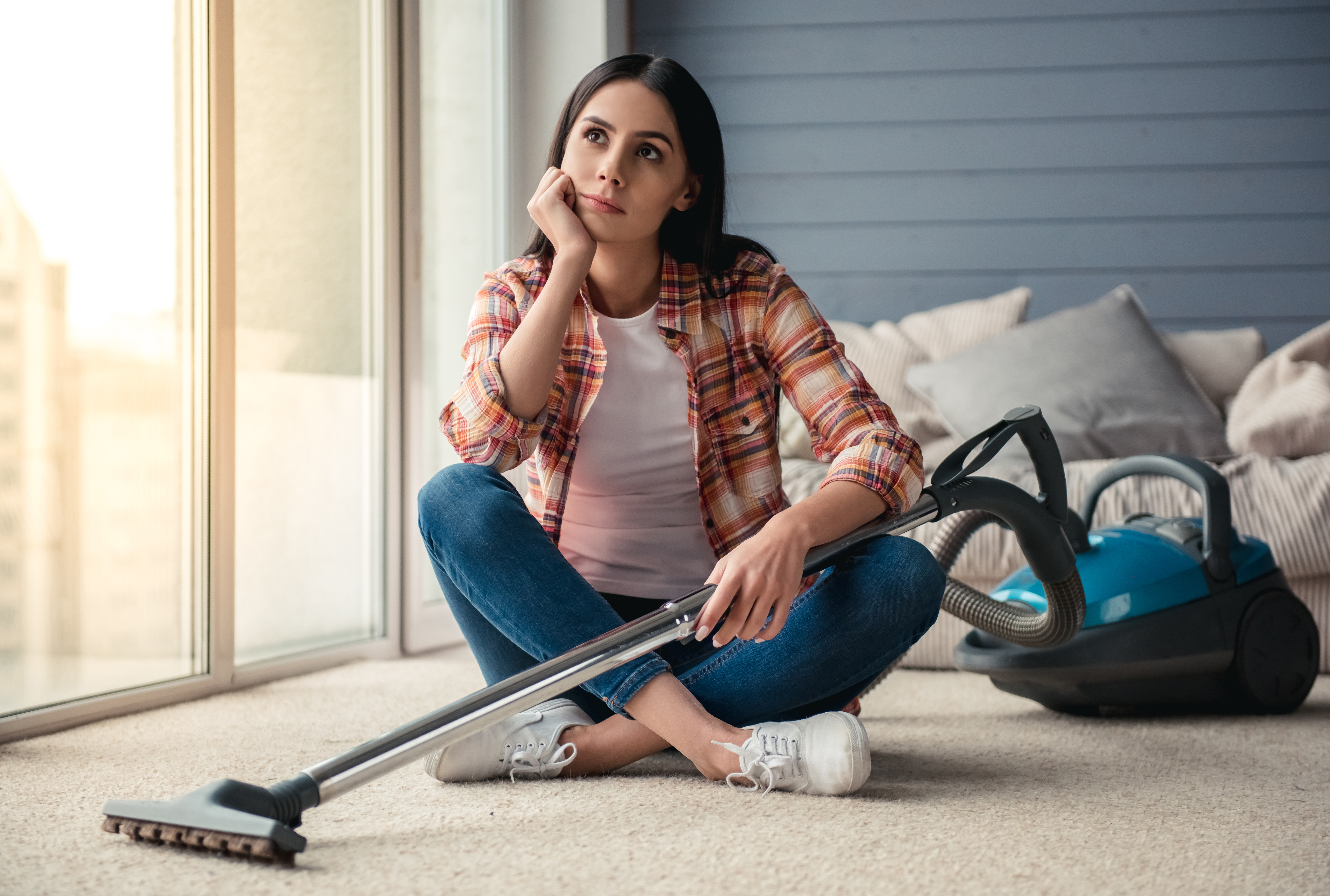 kobieta sprząta