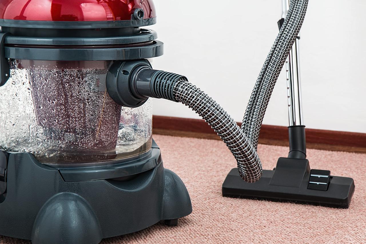 odkurzacz czyszczący dywan