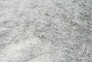 Dywan typu shaggy – modny, ale trudny w utrzymaniu element wystroju wnetrza